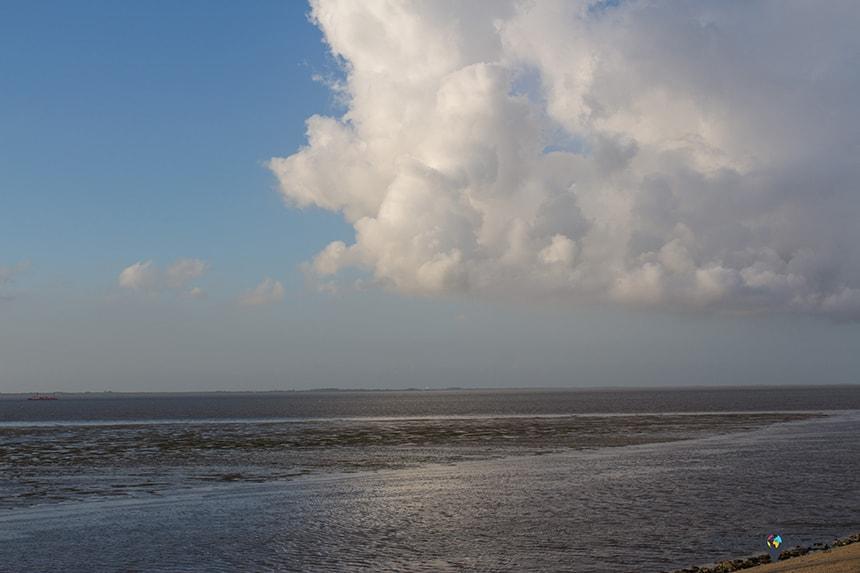 Het Groningse waddeneiland Schiermonnikoog is in verte zichtbaar