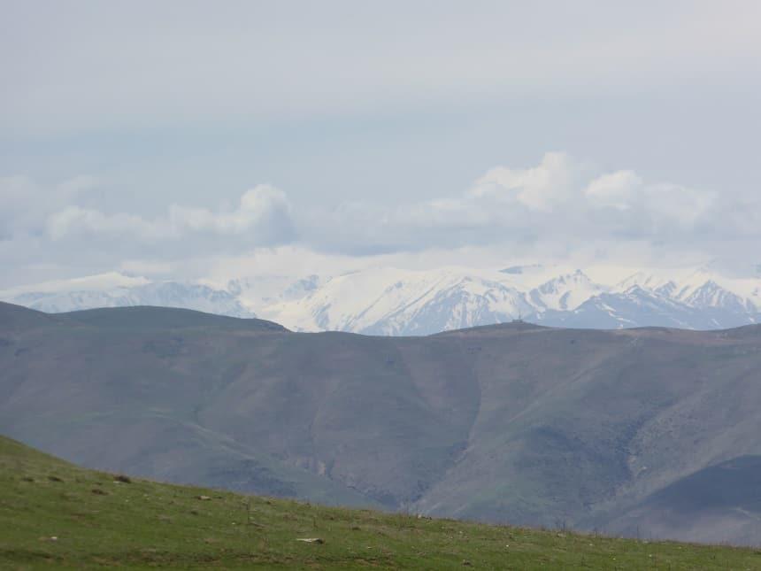 De besneeuwde bergtoppen gelegen in de Republiek Azerbaijan, gezien vanuit Iran