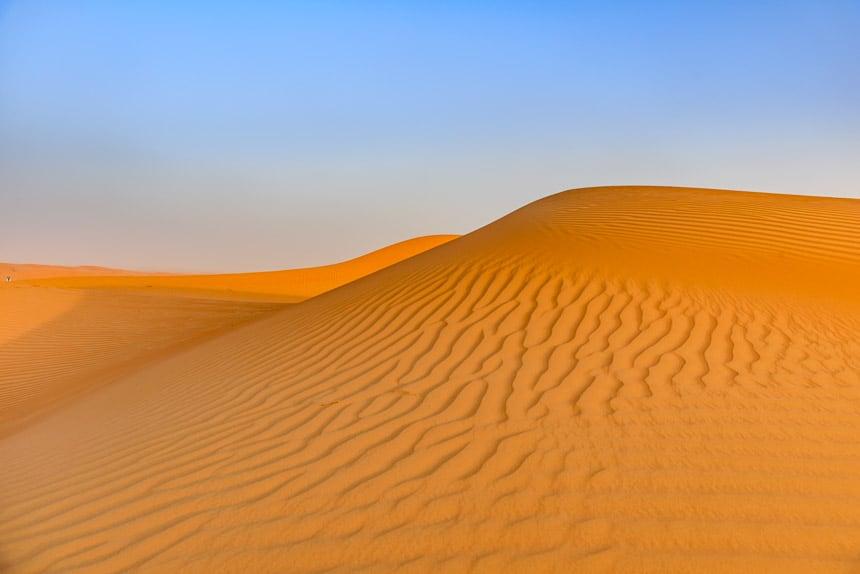 De heuveltoppen van de Sharqiyah woestijn in Oman