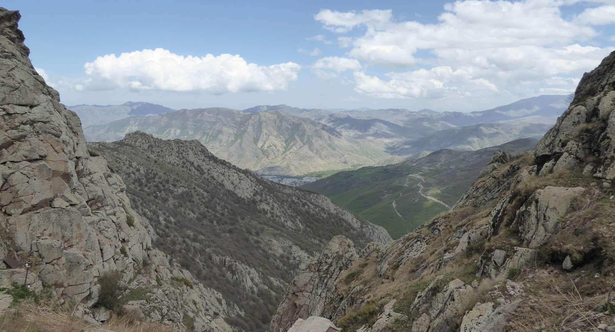 Uitzicht over de bergen van Iraans Azerbaijan vanaf Babak Castle