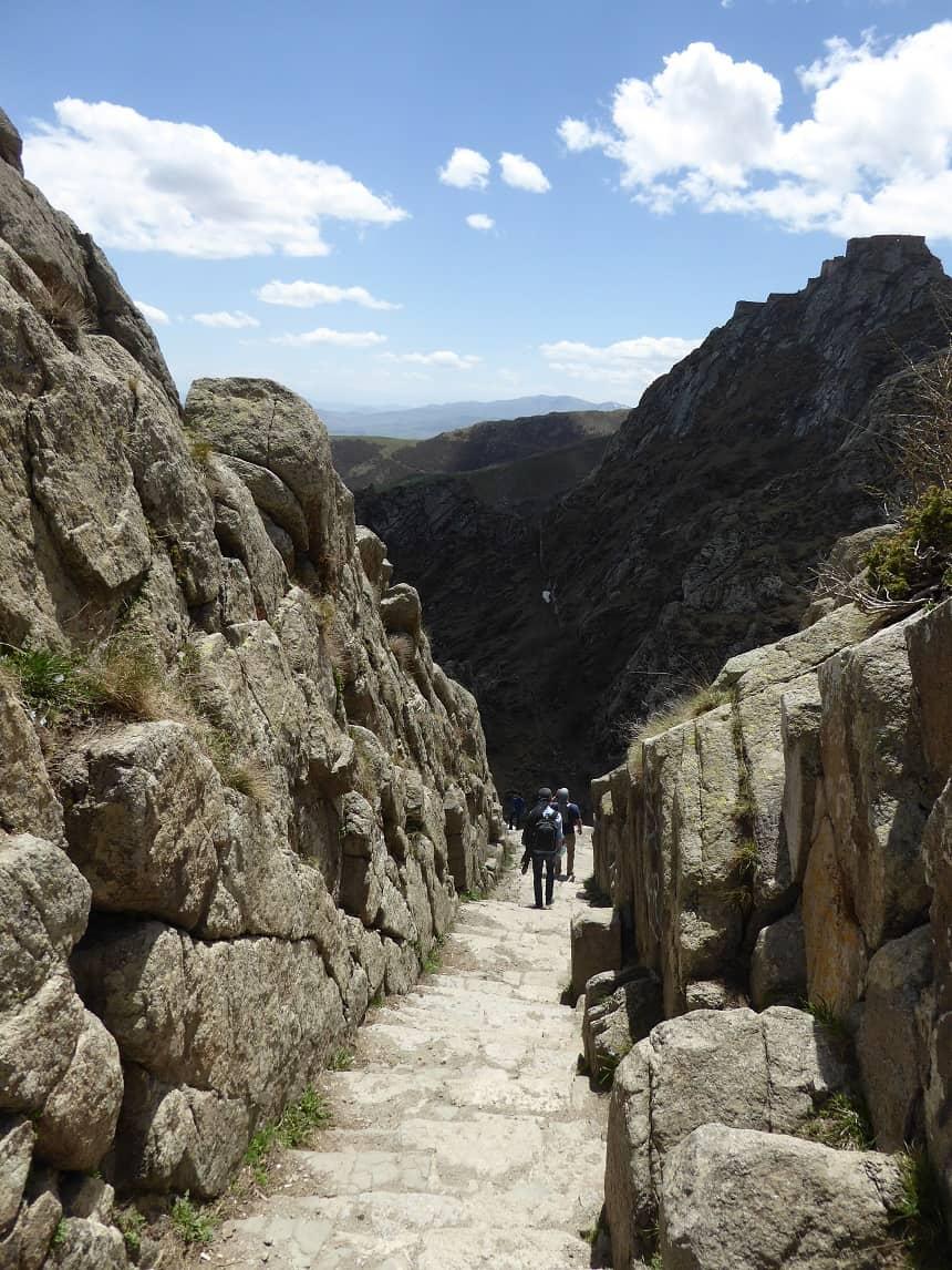 De steile trappen van de toegangsweg naar Babak Castle