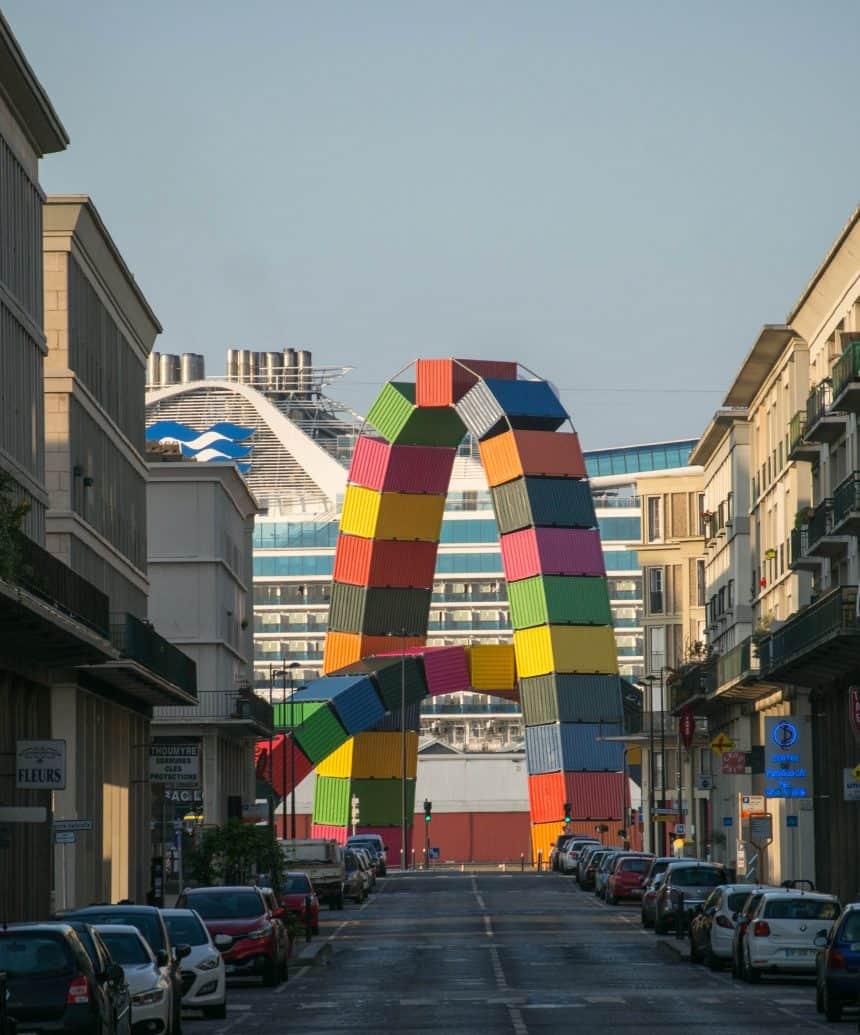 Kleurrijke bogen van scheepscontainers in Le Havre