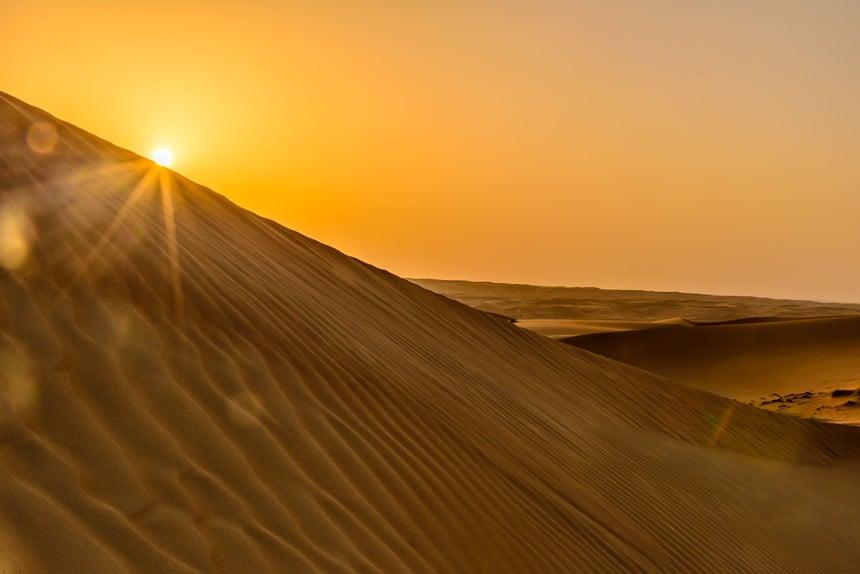 Zon boven de Sharqiyah woestijn in Oman