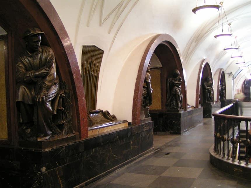Metrostation Plosjtsjad Revoljoetsi