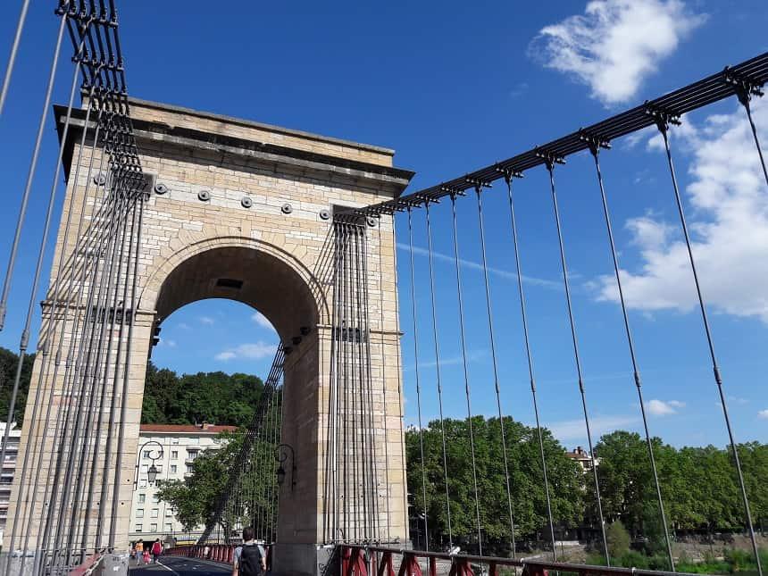 Een van de vele bruggen