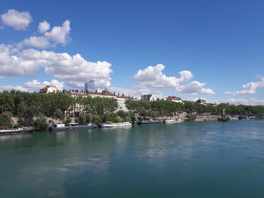 Wandelen langs de rivier in Lyon