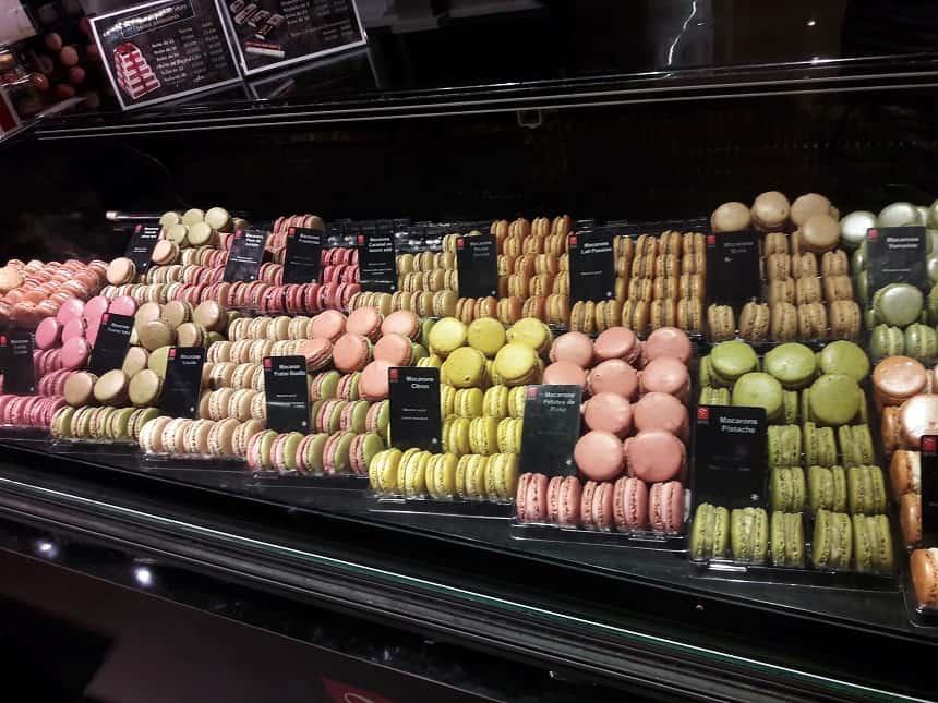 Macarons: kleine ronde luchtige koekjes die aan elkaar geplakt zijn met een zachte vulling