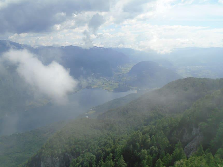 Uitzicht op Lake Bohinj vanaf de Juliaanse Alpen