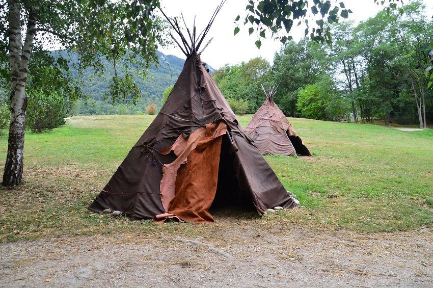 Prehistorische hutten in Parc de la Préhistoire