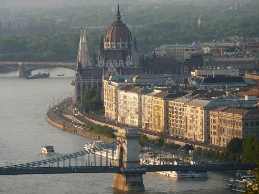 Uitzicht op de Donau en het parlementsgebouw vanaf de Gellértberg