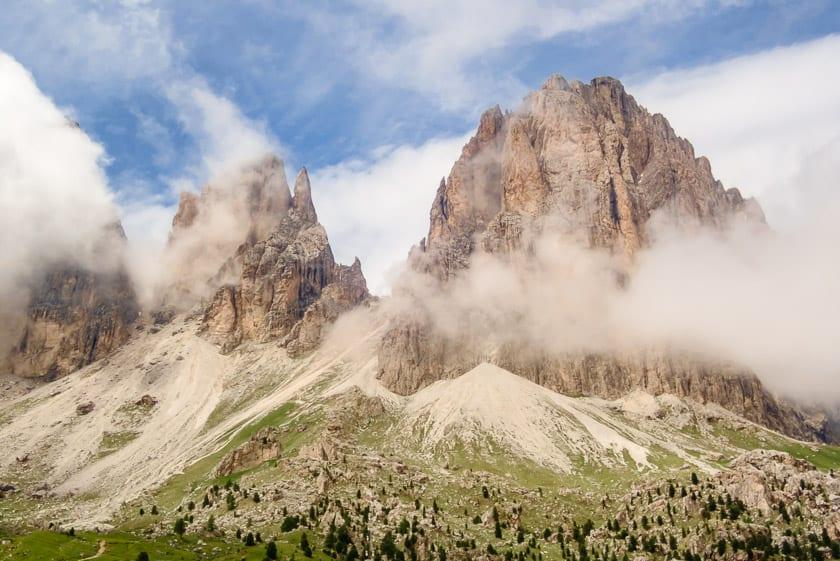 Dubbele bergtoppen bij de Sella pas