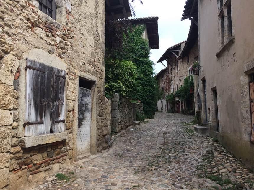 Schattig straatje in Pérouges