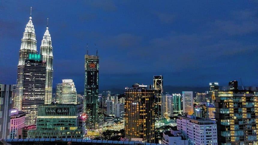 Maleisië: uitzicht op de Petronas Towers vanaf de Heli Lounge Bar