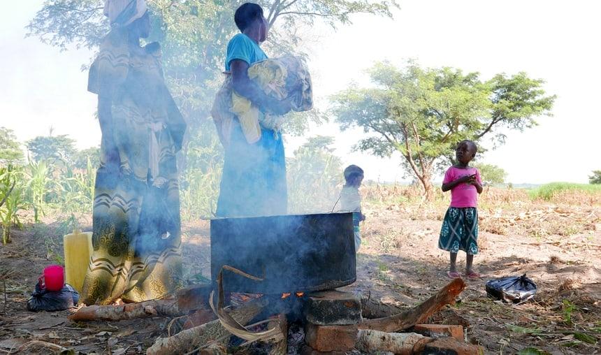 Slow cooking in Oeganda. Slecht voor milieu, klimaat en gezondheid.