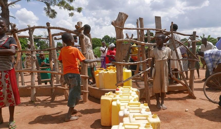Het water uit deze put is voor 800 mensen en hoeft niet gekookt te worden. Winst voor mens, milieu en klimaat.