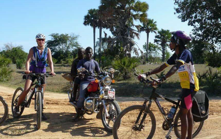 Manon met Tanzaniaanse gids tijdens 500 km off road fietssafari