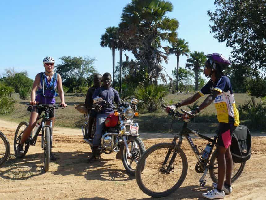 Met Tanzaniaanse gids tijdens 500 km off road fietssafari