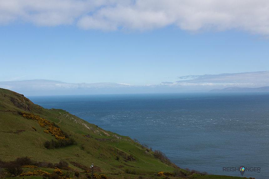 De contouren van Schotland zijn zichtbaar vanaf Noord-Ierland