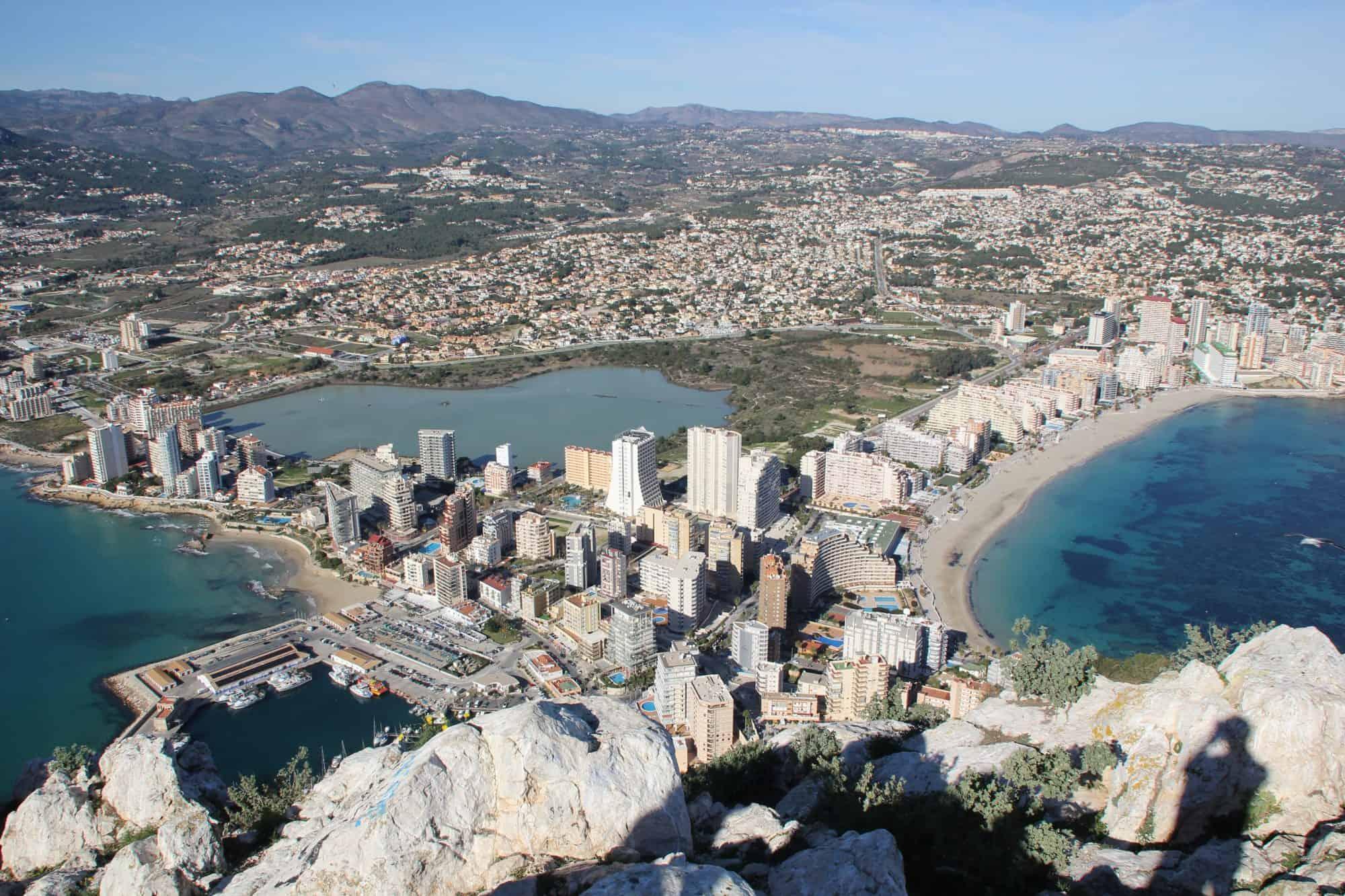 Het strand van Calpe in Spanje