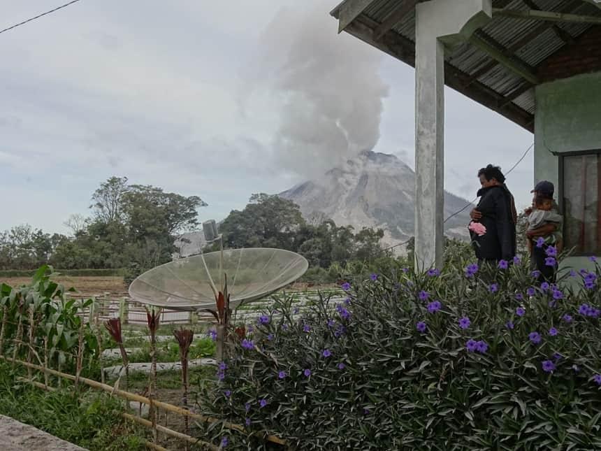 inwoners schuilen vulkaan