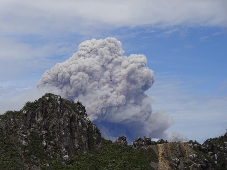spectaculaire uitzicht sibayak vulkaan
