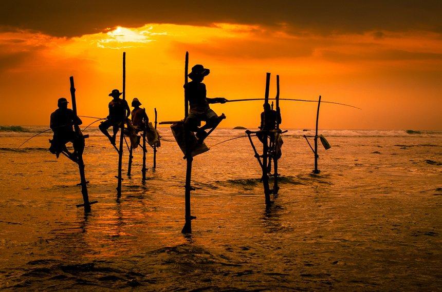 De lokale vissers vissen in unieke stijl