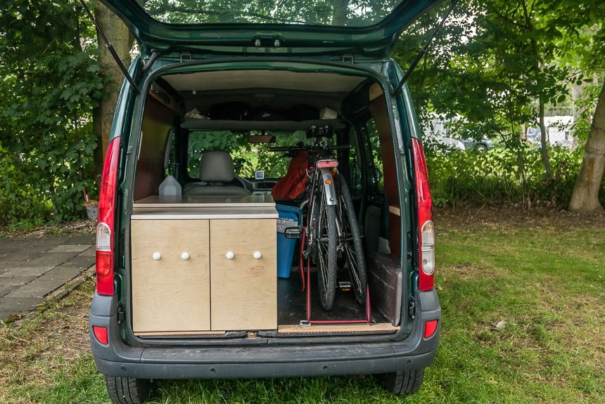 Fiets en koelbox opbergen in de Nissan Kubistar minicamper