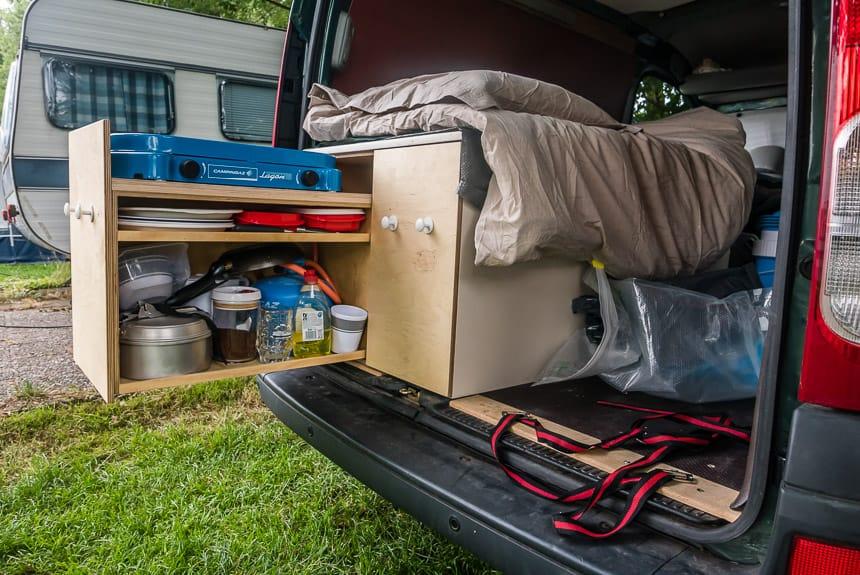 Uitschuifbaar kooktoestel in de Nissan Kubistar minicamper