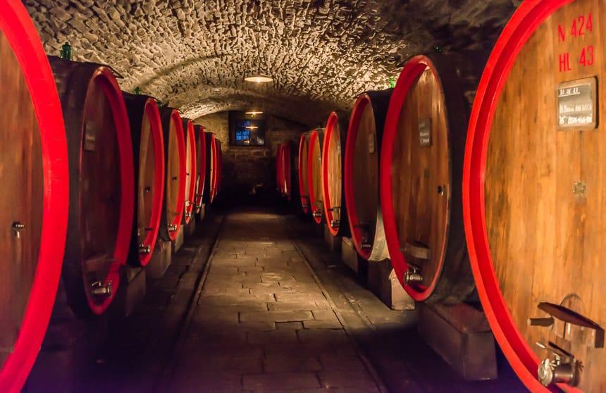 Grote houten wijnvaten in de kelders van het kasteel