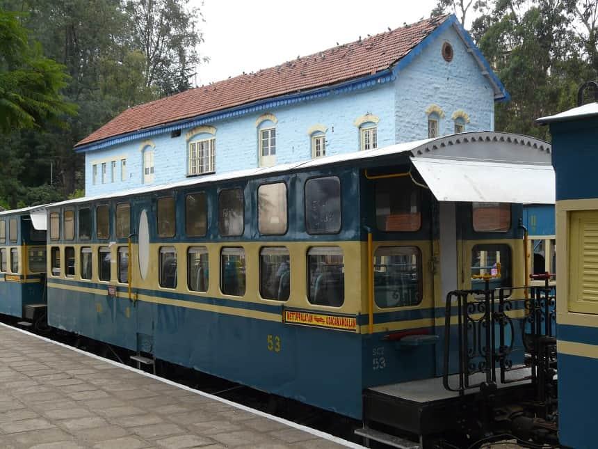 De Nilgiri Toy Trein op het treinstation van Coonoor
