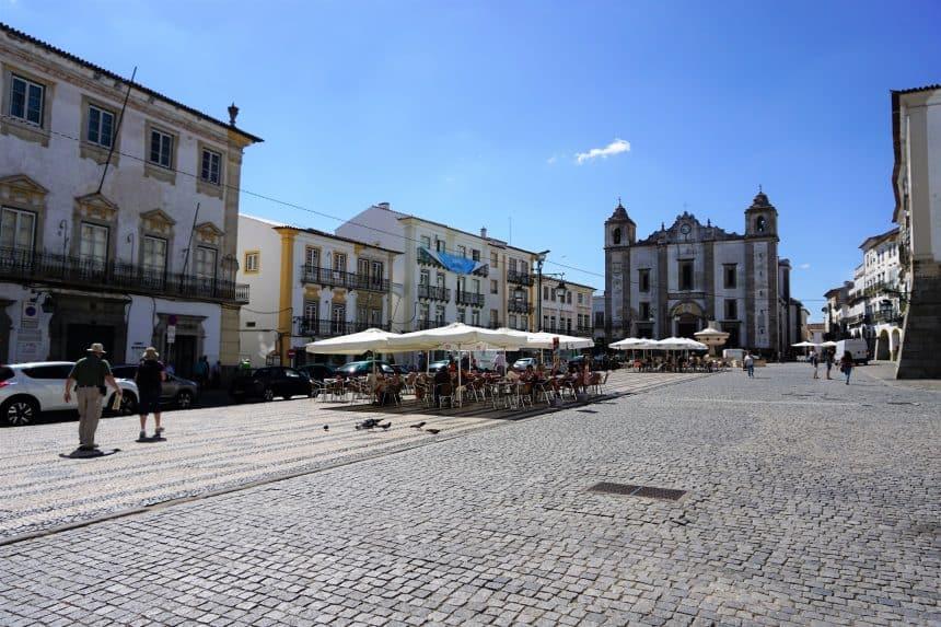 Een terrasje op Geraldus Square in Evora, Alentejo, Portugal