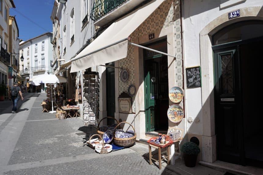 Gezellig winkelstraatje in Evora in de Portugese Alentejo