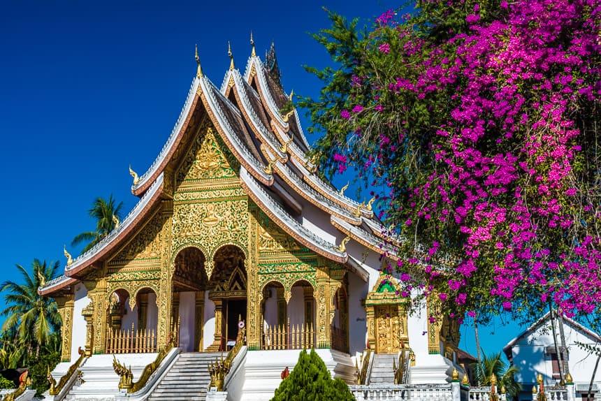 Gezicht op de voorgevel van Haw Pha Bang