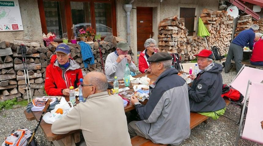 Deze groep Fransen uit Parijs kom ik regelmatig tegen. Hier bij een berghut om te lunchen.