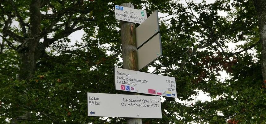 De aanwijzingen voor de VTT (Vélo Tout Terrain) zijn goed in de Jura.