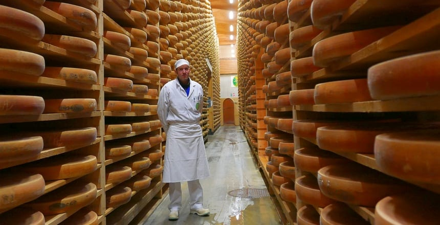 Caséologue Aurelien Girod beklopt elke Comté kaas met een hamertje. Eén luchtbelletje en de kaas verdwijnt. In de fondue...
