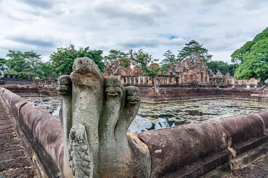 Vier lotusvormige vijvers met Naga's omringen de tempel van Prasat Muang Tam
