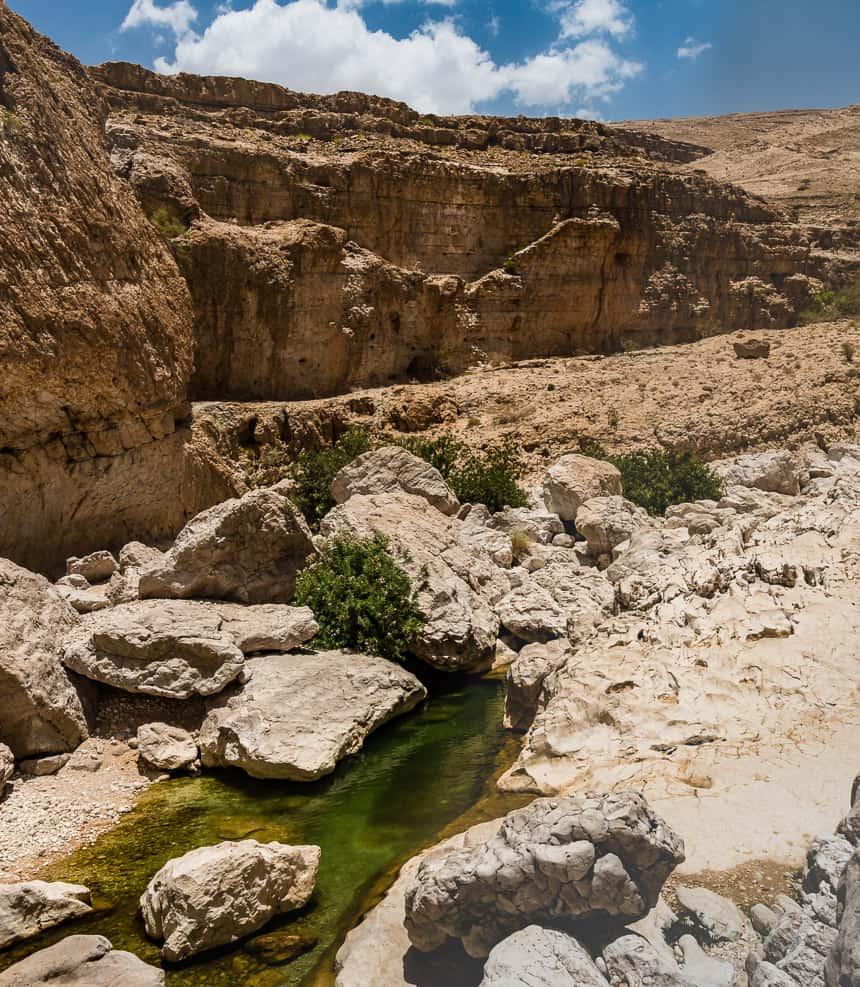 Meanderend tussen de rotsen