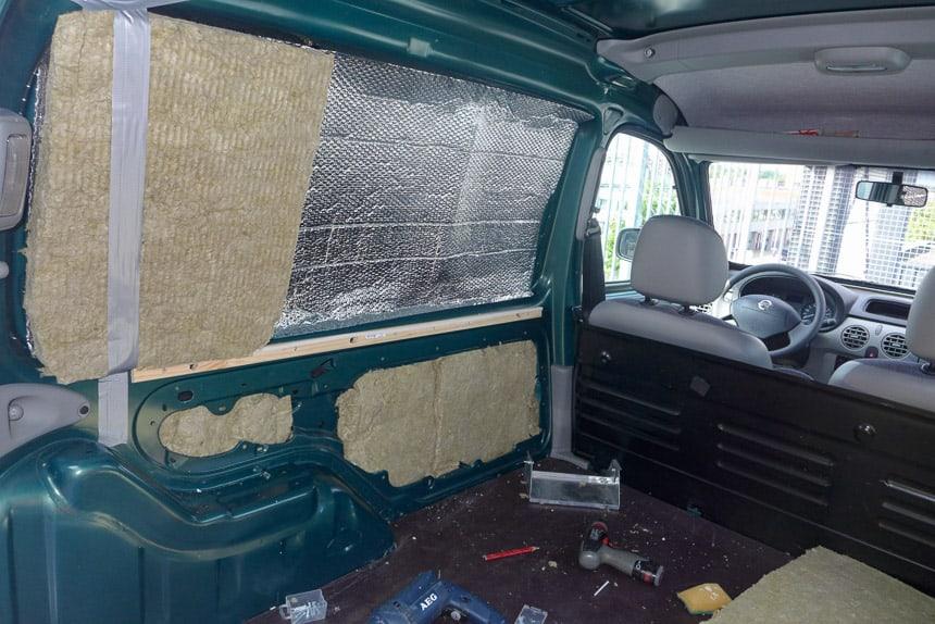 Vloerplaten en wandisolatie in de Nissan Kubistar minicamper