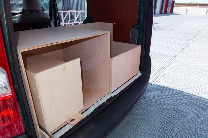 Kisten voor koken, koelen en opbergen in de Nissan Kubistar minicamper