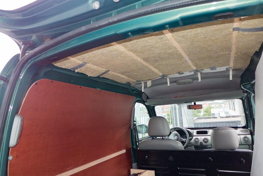 Plafondisolatie in de Nissan Kubistar minicamper
