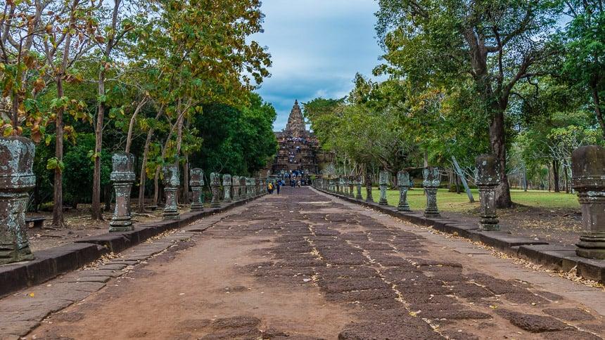 De 400 meter lange promenade naar de hoofdpoort van Phanom Rung