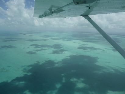 Uitzicht vanuit je TropicAir vlucht!