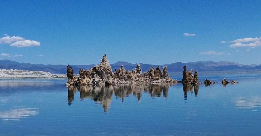Mono Lake, vlak bij Death Valley. Zoutpilaren in een zoutmeer. Van het album van Pink Floyd.