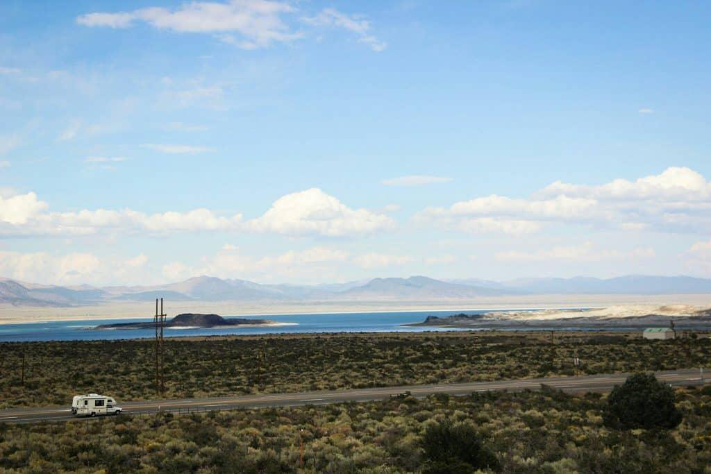 In Amerika is alles ingesteld op campers en valt een grote camper weg tegen de gigantische vlaktes
