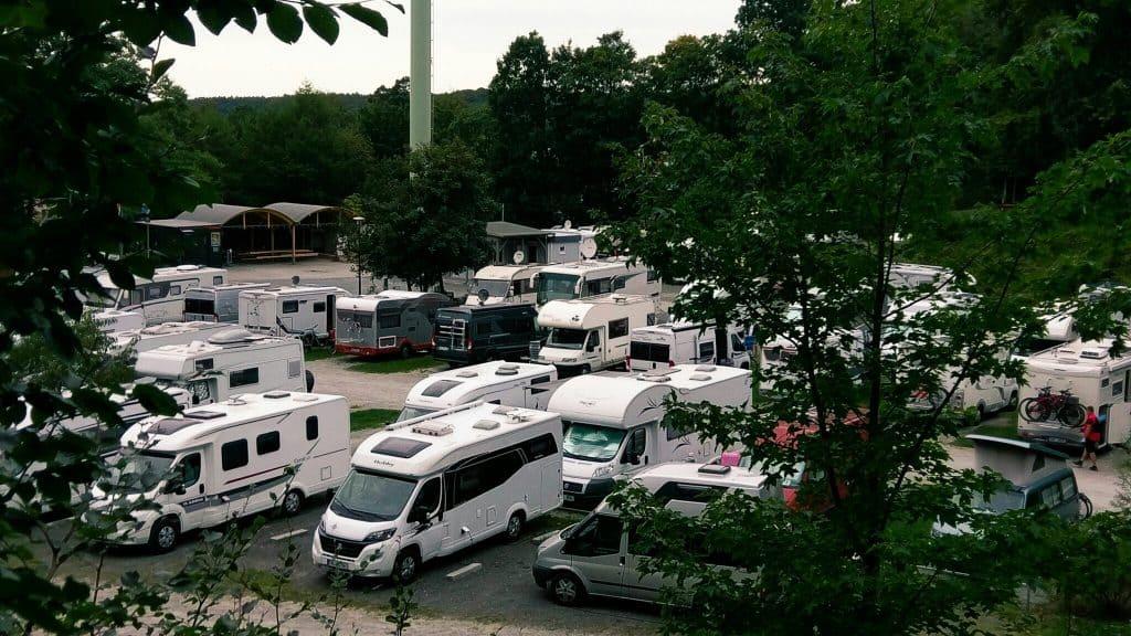 Campers hebben de aansluitingen en de voordeur aan dezelfde kant
