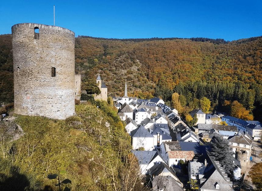 De ruïne van Esch-sur-Sûre in Luxemburg