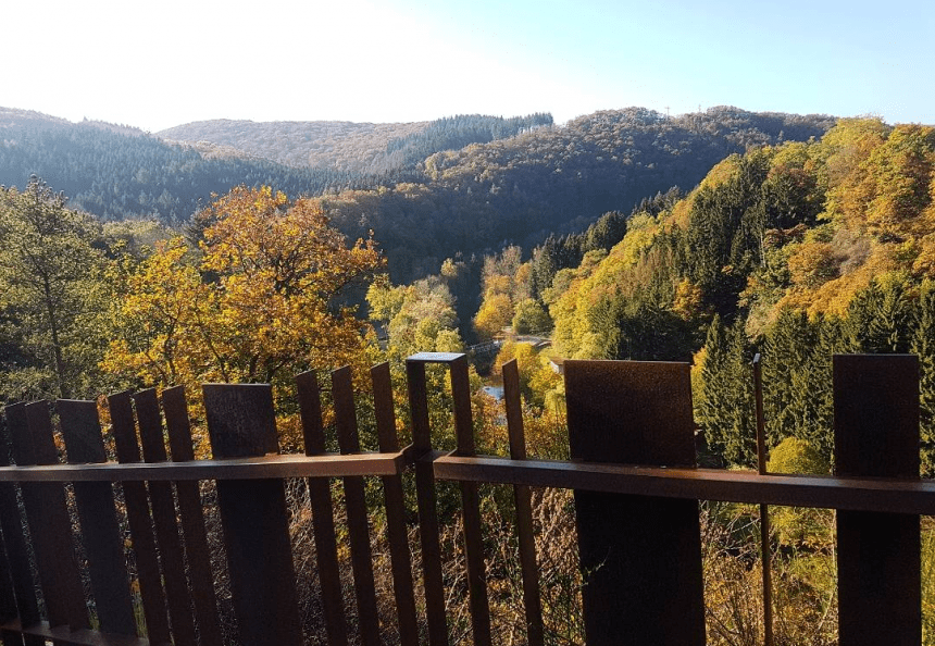 De weg naar de ruïne van Esch-sur-Sure