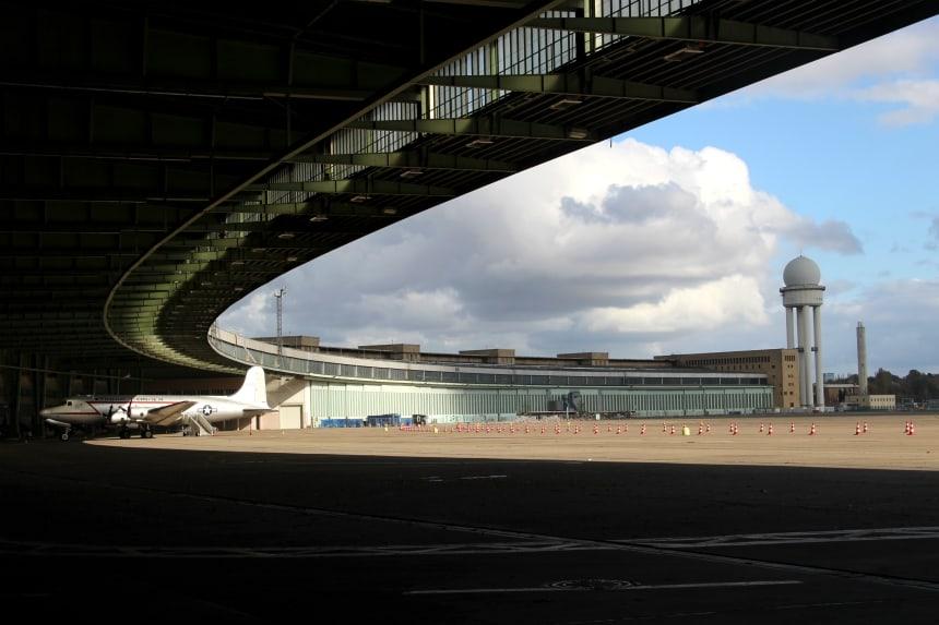 Vliegveld Tempelhof in Berlijn is sinds 2008 gesloten. Je kunt het gebouw bezoeken met een gids. De landingsbaan is een groot stadspark geworden