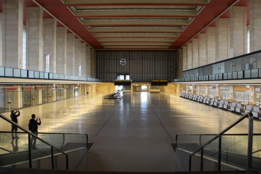 In Berlijn heb je de unieke kans om een gesloten vliegveld te bezoeken: Flughafen Tempelhof. De landingsbaan is tegenwoordig een stadspark